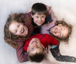 gruppo-multiculturale-quattro-bambini-sorridenti
