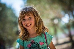 bambina-bionda-felice-multilingue