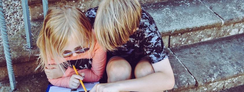 bambini_fanno_i_compiti_delle_vacanze_di_inglese
