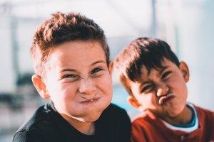 Bambini_giocano_a_scuola