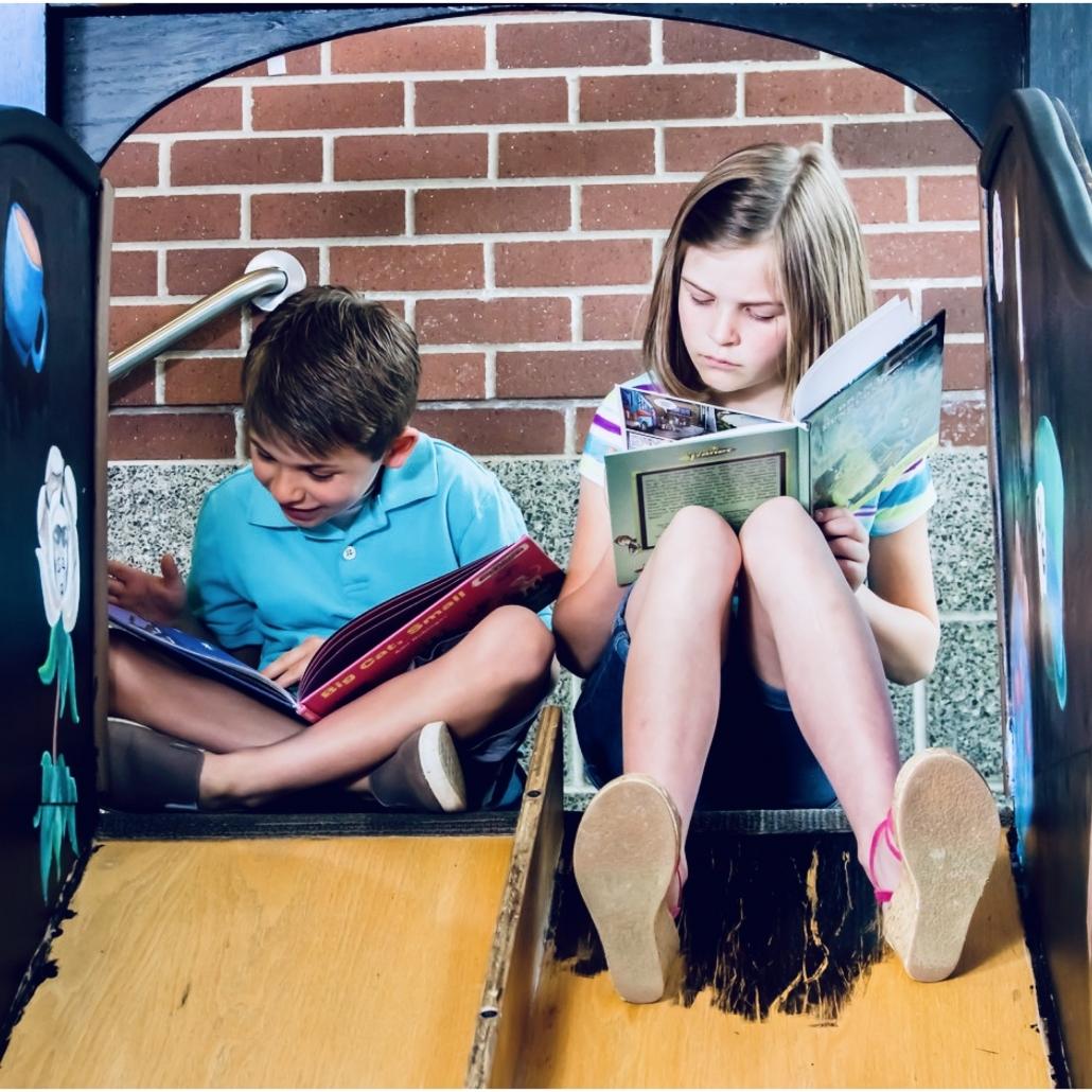 Bambini leggono dei libri