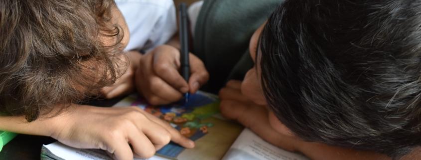 Bambini leggono insieme un libro